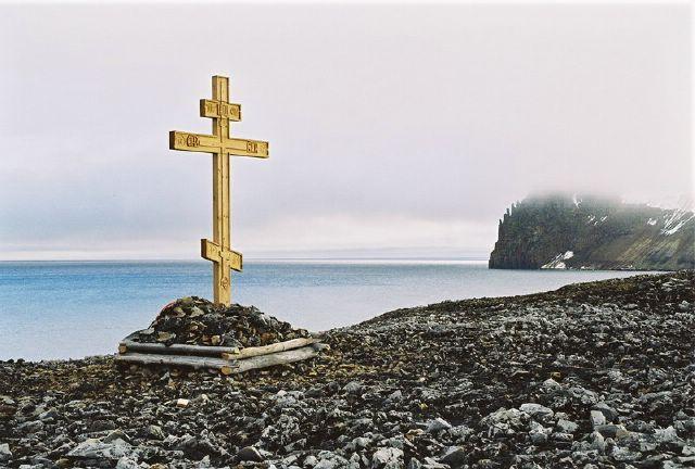 Памятный крест на острове Беннетта